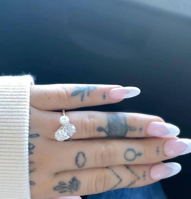 Ariana Grande's diamond ring has a stunning pearl alongside it