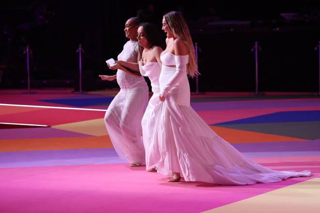 A Little Mix usa orgulhosamente conjuntos correspondentes enquanto recebe o prêmio.