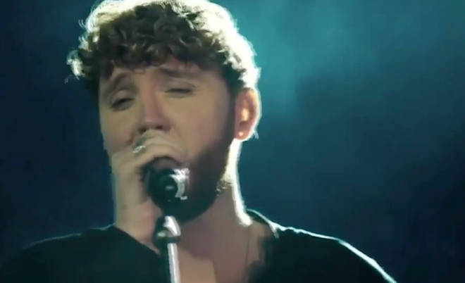 James Arthur serenades the audience in a cameo for Brazilian soap opera 'O Tempo não Para'