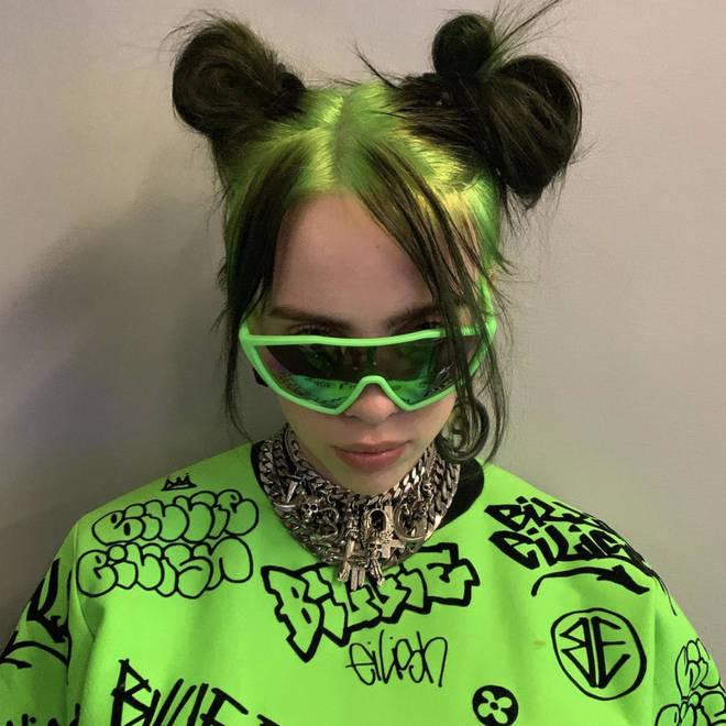 Billie Eilish é conhecida por seu cabelo ombre verde e preto