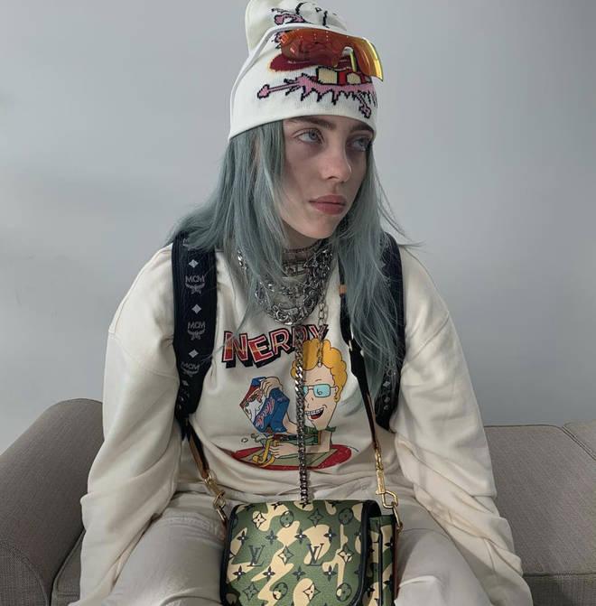 Billie Eilish tingiu brevemente o cabelo de azul
